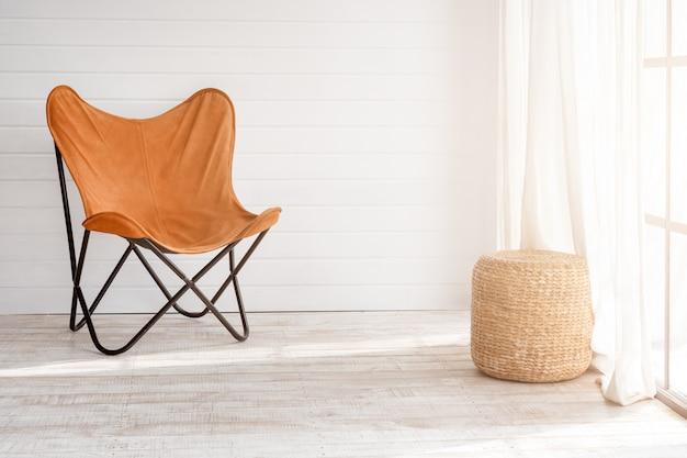 Moderne fauteuil in moderne loft interieur. zonnige dag in lichte woonkamer met panoramische ramen.