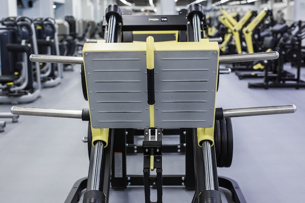 Moderne fitnessruimte en sportartikelen.