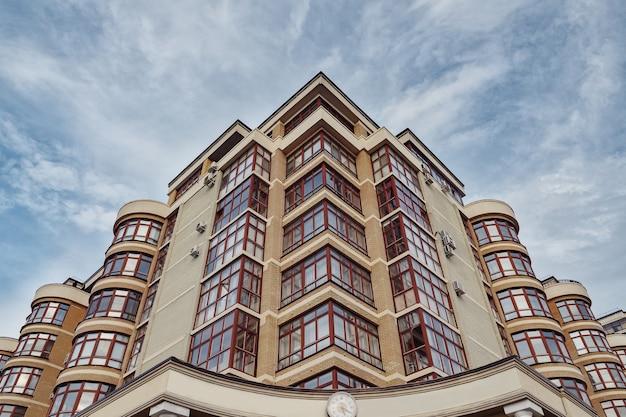 Moderne flatgebouwen op een zonnige dag met een blauwe lucht.
