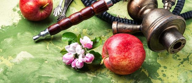 Moderne fruitwaterpijp. oosterse shisha met appel. waterpijp en appel.