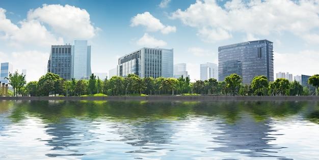 Moderne gebouwen aan de oevers van de rivier