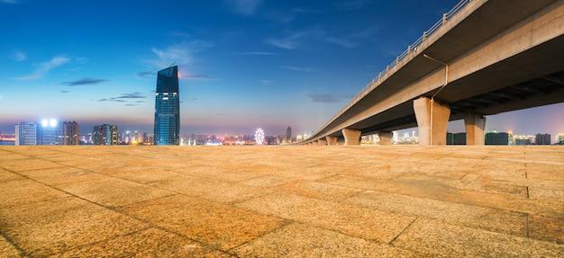Moderne gebouwen dichtbij shanghai bij nacht van lege vloer