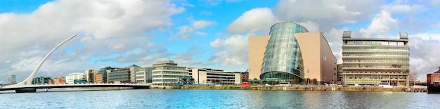 Moderne gebouwen en kantoren aan de liffey-rivier in dublin op een zonnige dag,