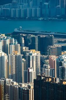 Moderne gebouwen en rivier in hong kong