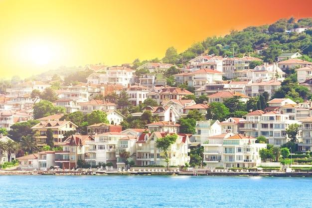 Moderne gebouwen en strand met kliffen in het dorp kas, turkije
