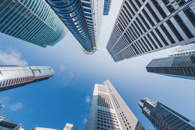 Moderne gebouwen op blauwe hemel bij de stad in in singapore.