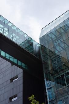 Moderne gebouwen op straat dorotheenstrasse in berlijn op een regenachtige dag, duitsland