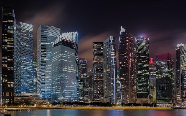 Moderne gebouwen van de horizonlandschap van singapore in bedrijfsdistrict bij nacht.