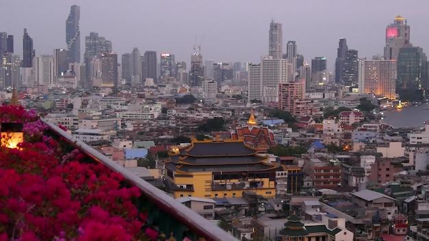 Moderne gebouwen van de stad. stadsgezicht van traditionele huizen en wolkenkrabbers in straten van bangkok. Premium Foto