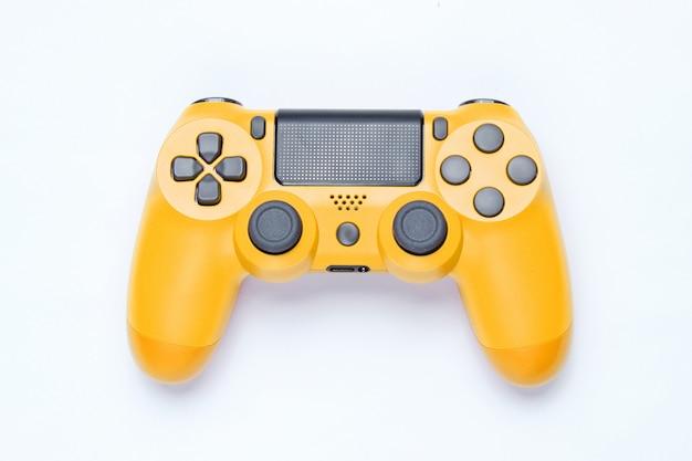 Moderne gele gamepad op grijze achtergrond.