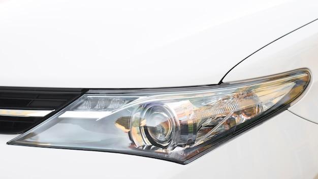 Moderne geleide koplamp van witte auto