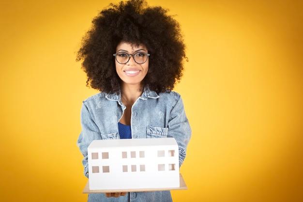 Moderne gemengde afro-amerikaanse vrouw, feministische architect, werkende vrouw