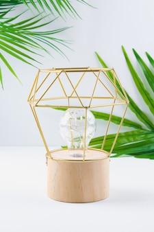 Moderne geometrische lamp met koperdraad kap. metalen frame van de lamp.