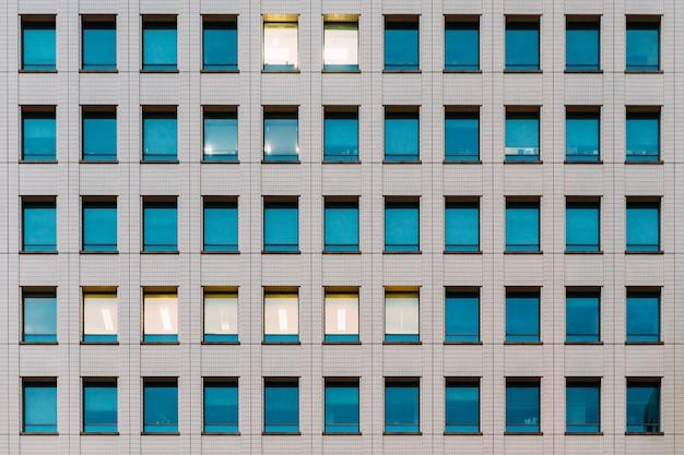 Moderne gevel van het gebouw