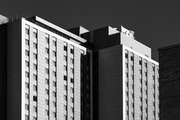 Moderne gevels van een stedelijk gebouw in zwart-wit