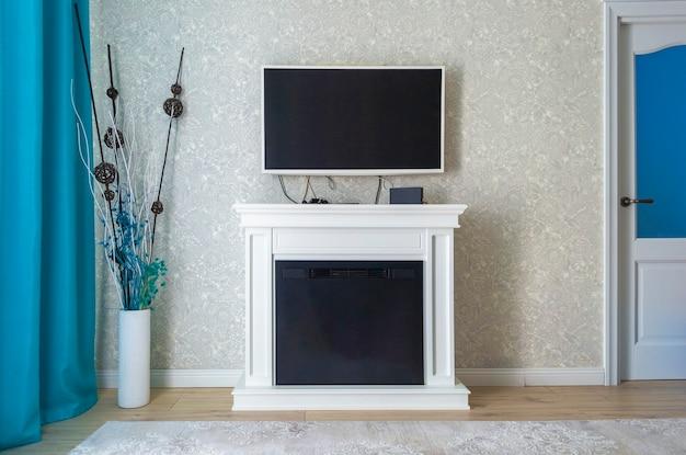 Moderne gezellige woonkamer met tv en inrichting op de vloer