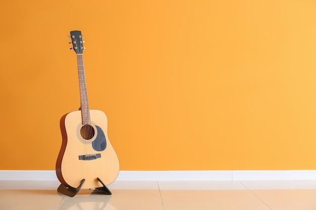 Moderne gitaar in de buurt van kleurenmuur