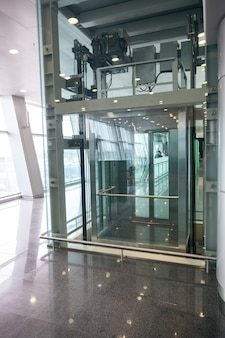 Moderne glazen lift voor gehandicapten op internationale luchthaven