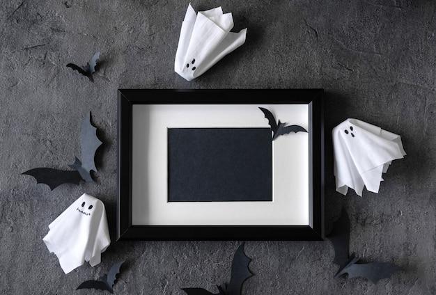 Moderne halloween-achtergrond met vleermuizen en spoken Premium Foto