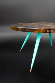 Moderne handgemaakte tafel gemaakt van notenboom