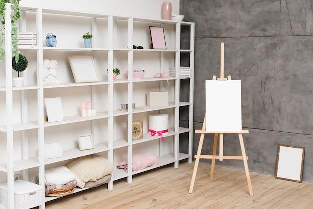 Moderne heldere boekenplank met decoratie