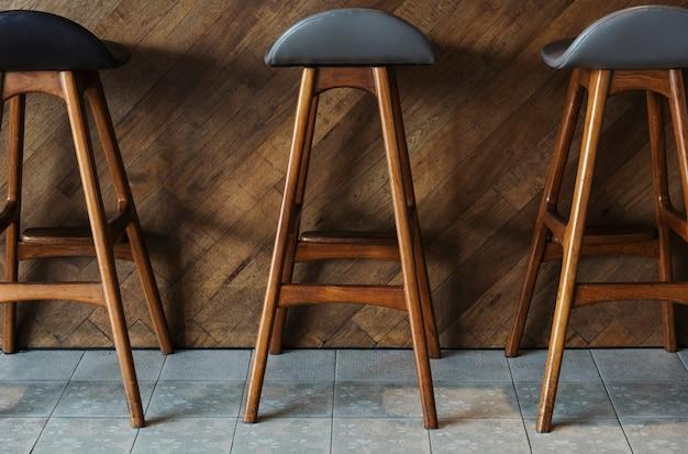 Moderne hoge houten barkrukken