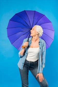 Moderne hogere vrouw met paraplu