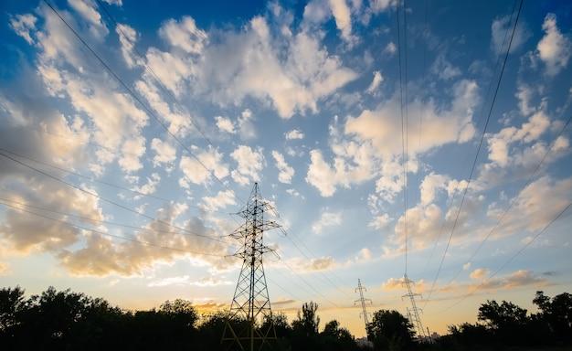 Moderne hoogspanningslijnen bij zonsondergang. energie.