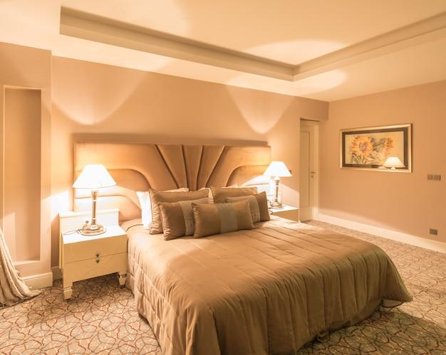 Moderne hotelruimte met groot bed