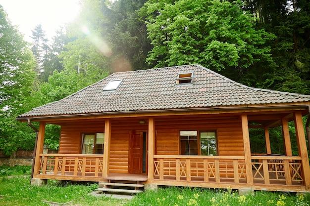 Moderne houten hut in een bos. houten terras of houten huis