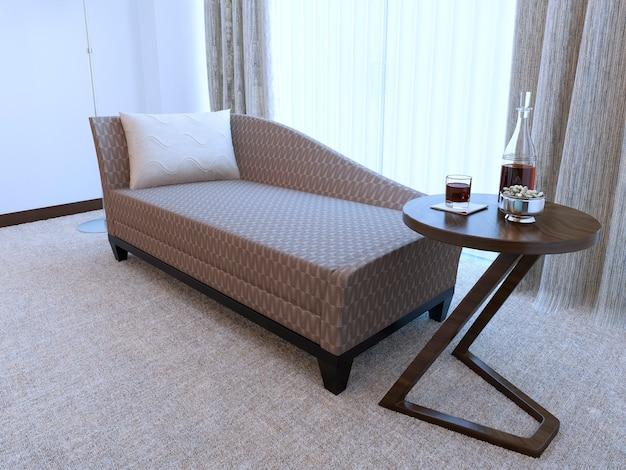 Moderne houten salontafel en gezellige bank met zwart frame en kussen en gemaakt van patroondoek.