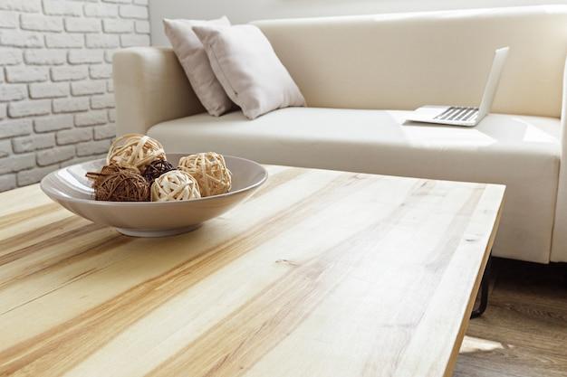 Moderne houten tafel in het interieur van de zolder