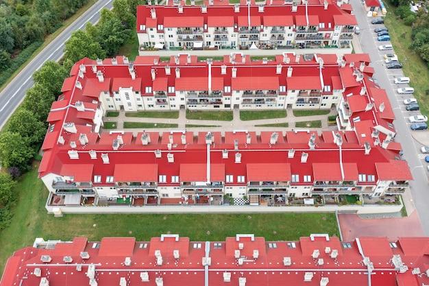 Moderne huizen met een rood dak van bovenaf