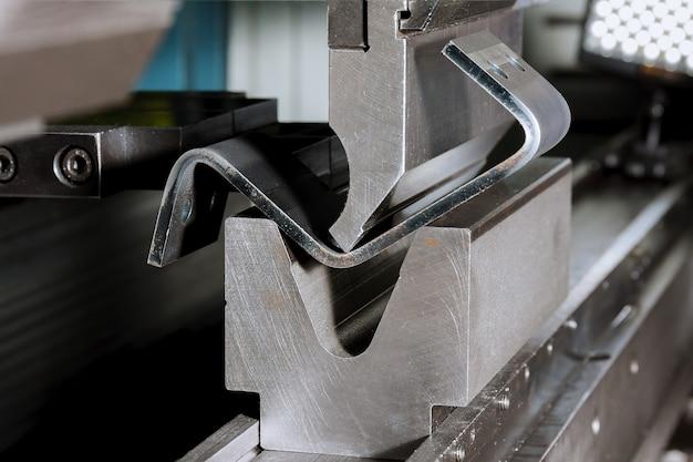 Moderne hydraulische metalen buigmachine in een metallurgische fabriek