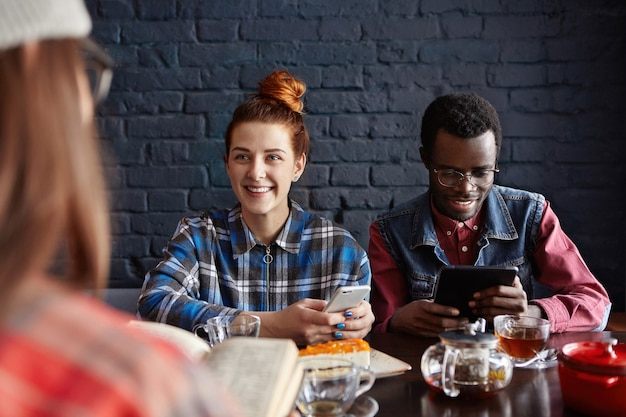 Moderne jonge sex tussen verschillendre rassen paar met behulp van elektronische gadgets