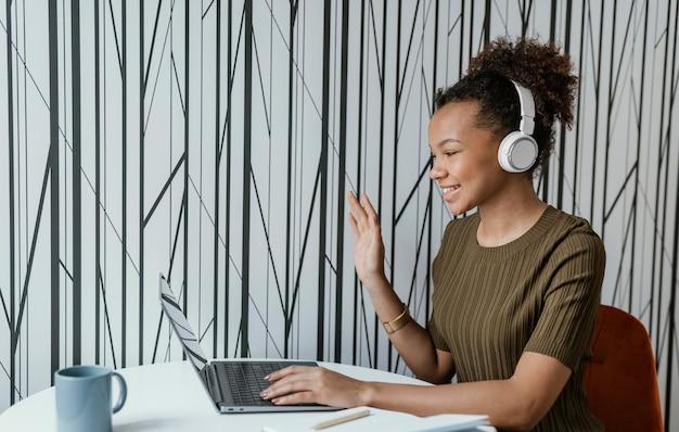 Moderne jonge vrouw die vanuit huis op haar laptop werkt