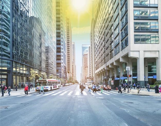 Moderne kantoorgebouwen en straat