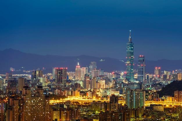 Moderne kantoorgebouwen in het xinyi-district waaronder taipei 101