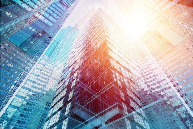Moderne kantoorgebouwen op zonnige dag