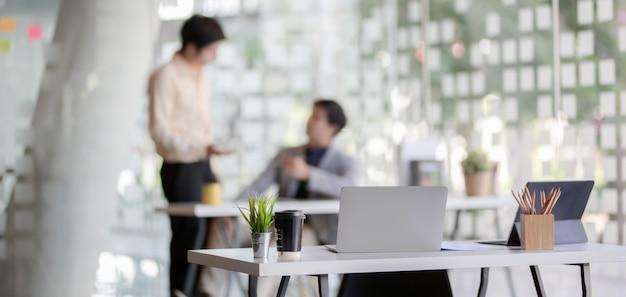 Moderne kantoorruimte met laptop en kantoorbenodigdheden