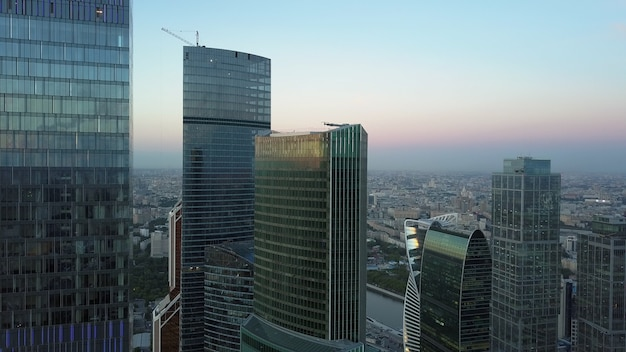 Moderne kantoorwolkenkrabbers in de antenne van het zakencentrum van de stad