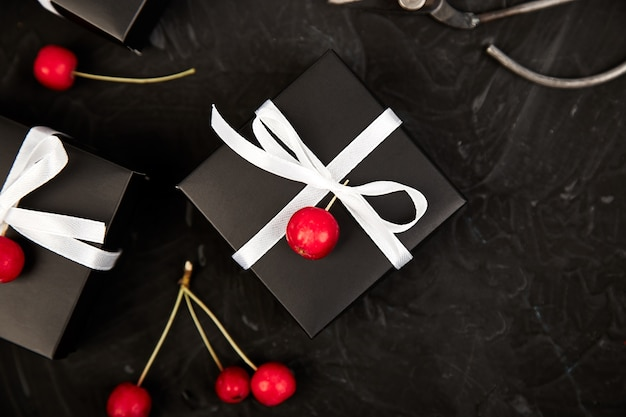Moderne kerst- of verjaardagscadeaus inpakken.