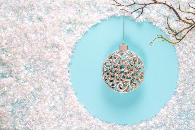 Moderne kerstversiering versieringen in eigentijdse trendy blauwe en witte kleuren met sprankelende glitter op blauw. plat lag met copyspace