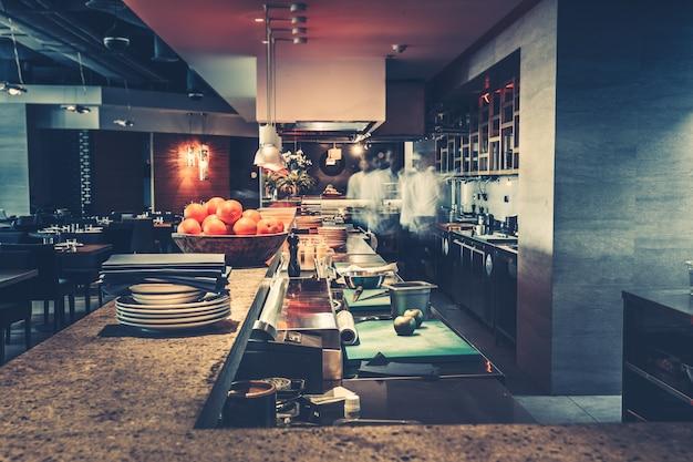 Moderne keuken en chef-koks in restaurant