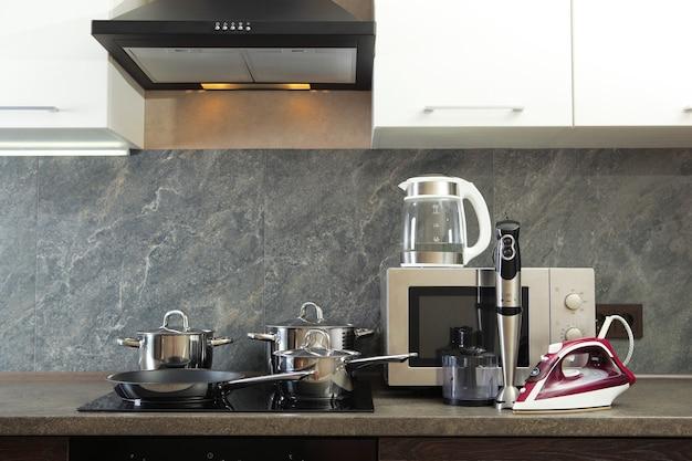Moderne keuken en huishoudelijke apparaten op de achtergrond van het keukeninterieur