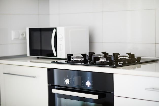 Moderne keuken interieur met elektrische kookplaat en magnetron