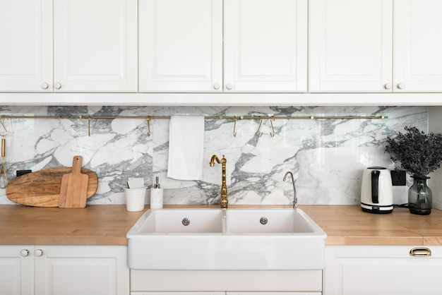 Moderne keuken interieur met keukenapparatuur en witte keramische spoelbak