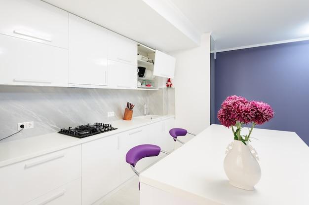 Moderne keuken met eettafel en paarse stoelen