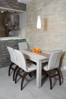 Moderne keuken met stijlvol meubilair