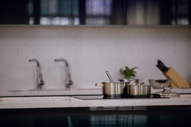 Moderne keuken. selectieve focus op roestvrijstalen pot